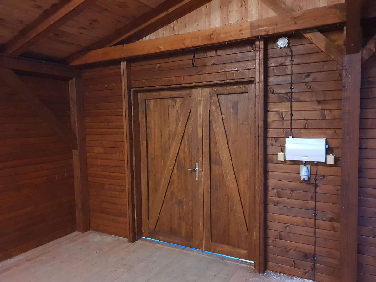 Dvoukřídlé dřevěné dveře